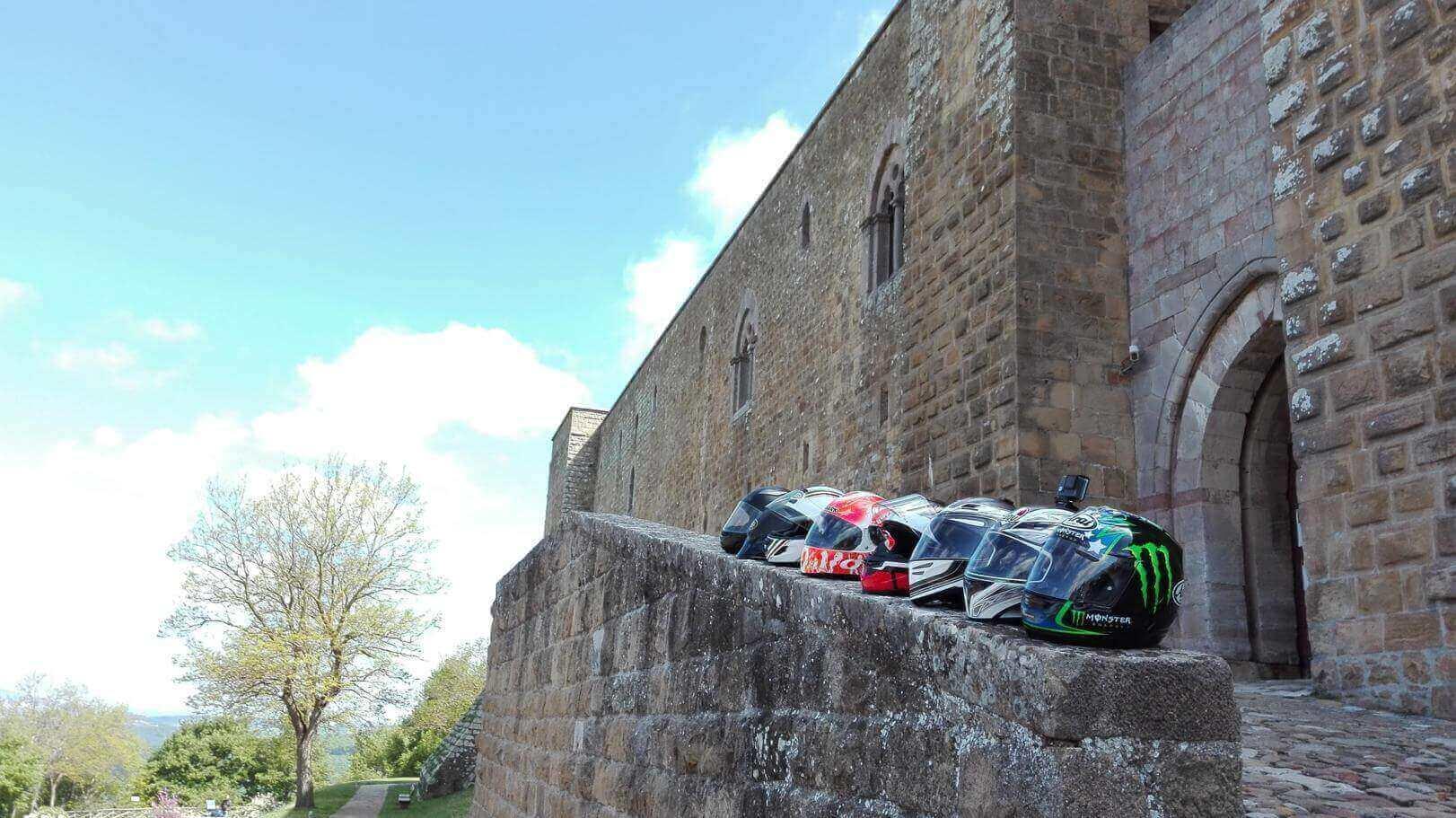 Caschi in fila sul muretto del Castello di Lagopesole