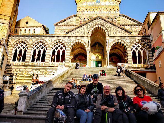 Duomo di Sant'Andrea di Amalfi. Sulla scalinata i motociclisti teste di casco prima di arrivare al Furbinentreffen