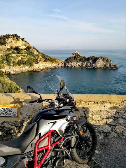 Veduta dal belvedere della Grotta dello Smeraldo sulla Costiera Amalfitana. In primo piano una moto BMW